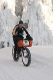 Snowcyklist på den långa trailen av Sedivaceks royaltyfri foto