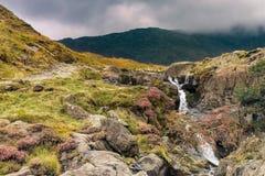Snowdonia横向 河流动在山下 免版税库存图片