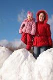 snowdrift μητέρων παιδιών στοκ φωτογραφία