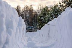 Snowdrifts δασικός χειμώνας διαδρομών χιονιού Στοκ Εικόνα