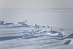 Snowdrifts στην παγωμένη λίμνη Στοκ Φωτογραφία