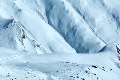 Snowdrifts χειμερινή άποψη βουνών Στοκ Εικόνες