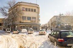 Snowdrifts na głównej ulicie Pomorie, Bułgaria, zima 2017 Obrazy Stock