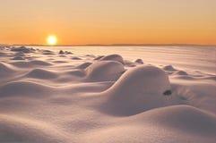 Snowdrifts på sundownen Arkivbild