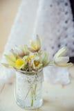 snowdrops花束在灰色石背景的与消息的拷贝空间 第一花春天 看板卡日问候s华伦泰 库存照片