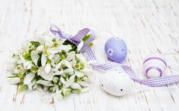 Snowdrops и пасхальные яйца Стоковое фото RF