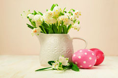 Snowdrops и пасхальные яйца Стоковые Изображения RF