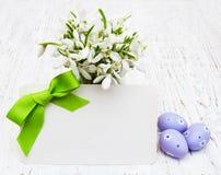 Snowdrops, пасхальные яйца и поздравительная открытка Стоковая Фотография RF