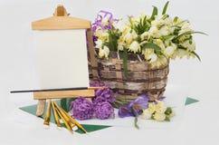 Snowdrops e flores do açafrão na cesta. Imagem de Stock Royalty Free