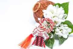 Snowdrops e martisor vermelho e branco da corda no branco com o espaço da cópia europeu do leste primeiramente da celebração da t imagens de stock royalty free