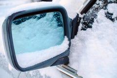snowfall neige coincée sur le miroir de voiture froid photos stock