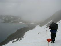 snowfield πεζοπορίας κοριτσιών &omicr Στοκ Εικόνες