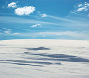 Snowfield onder de Blauwe Hemel Stock Fotografie