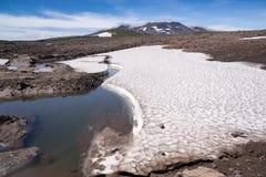 Snowfields na kamiennych placers blisko wulkanu Zdjęcie Royalty Free