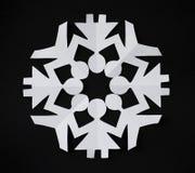 SNOWFLAKE ΕΓΓΡΑΦΟΥ ΠΟΥ ΚΟΒΕΤΑΙ ΩΣ ΑΝΘΡΩΠΟΙ ΠΟΥ ΚΡΑΤΟΥΝ ΤΑ ΧΕΡΙΑ ΤΟΥΣ Στοκ φωτογραφίες με δικαίωμα ελεύθερης χρήσης