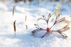 Snowflake η διακόσμηση Χριστουγέννων που έγινε με τα χέρια τους έπεσε από έναν κλάδο δέντρων snowdrift στοκ φωτογραφία με δικαίωμα ελεύθερης χρήσης