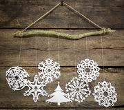 Snowflake διακοσμήσεων Χριστουγέννων, έγγραφο χριστουγεννιάτικων δέντρων που κρεμά το Ov Στοκ Φωτογραφίες