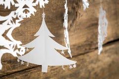 Snowflake διακοσμήσεων Χριστουγέννων, έγγραφο χριστουγεννιάτικων δέντρων που κρεμά το Ov Στοκ φωτογραφία με δικαίωμα ελεύθερης χρήσης