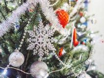 Snowflake διακοσμήσεων Χριστουγέννων διακοπές χριστουγεννιάτικων δέντρων διακοσμήσεων backgr Στοκ φωτογραφία με δικαίωμα ελεύθερης χρήσης