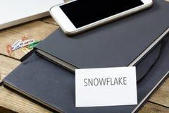 Snowflake που γράφεται στη επαγγελματική κάρτα, υπολογιστής γραφείου γραφείων με το ηλεκτρόνιο στοκ εικόνες