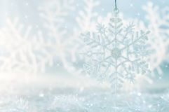 Snowflake σε ένα μπλε εορταστικό υπόβαθρο όμορφα Χριστούγεννα ανασ&ka Στοκ φωτογραφίες με δικαίωμα ελεύθερης χρήσης