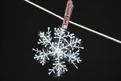 Snowflake σε ένα clothespeg Στοκ φωτογραφία με δικαίωμα ελεύθερης χρήσης