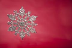Snowflake στο κόκκινο backgroundSnowflake στο ξύλο Στοκ εικόνα με δικαίωμα ελεύθερης χρήσης