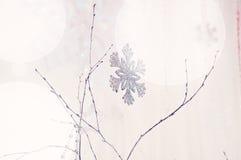 Snowflake στο φως Χριστουγέννων στοκ φωτογραφία