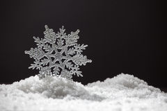 Snowflake στο χιόνι Στοκ εικόνα με δικαίωμα ελεύθερης χρήσης