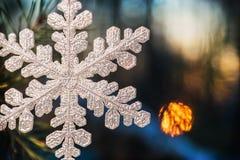 Snowflake χιονώδες δάσος στο ηλιοβασίλεμα οικολογικός ξύλινος διακοσμήσεων Χριστουγέννων Στοκ Φωτογραφία