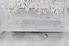 Snowflake Χριστουγέννων τοπ σύνορα με το πλαίσιο χιονιού στο άσπρο ξύλο Στοκ Φωτογραφίες