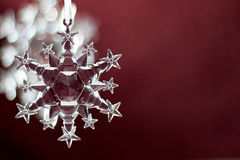 Snowflake διακόσμηση στην κόκκινη ανασκόπηση Στοκ Εικόνες