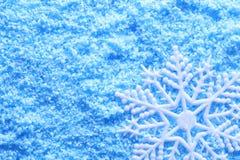 Snowflake i snow Arkivbild