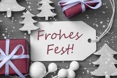 Snowflakes δέντρων δώρων ετικετών το φεστιβάλ Frohes σημαίνει τη Χαρούμενα Χριστούγεννα Στοκ φωτογραφία με δικαίωμα ελεύθερης χρήσης