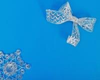 Snowflakes εγγράφου Χριστουγέννων και ασημένιο τόξο Στοκ εικόνες με δικαίωμα ελεύθερης χρήσης