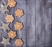 Snowflakes διακοσμήσεων και μελοψωμάτων Χριστουγέννων Στοκ φωτογραφία με δικαίωμα ελεύθερης χρήσης