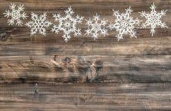 Snowflakes διακοσμήσεων Χριστουγέννων ξύλινο υπόβαθρο συνόρων Στοκ φωτογραφία με δικαίωμα ελεύθερης χρήσης