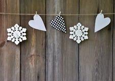 Snowflakes και καρδιές στο παλαιό ξύλινο υπόβαθρο Ύφος χώρας Γ Στοκ φωτογραφίες με δικαίωμα ελεύθερης χρήσης