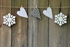 Snowflakes και καρδιές στο παλαιό ξύλινο υπόβαθρο Ύφος χώρας Γ Στοκ Εικόνες