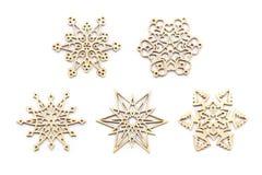 Snowflakes περικοπών λέιζερ ξύλινες διακοσμήσεις που απομονώνονται στο άσπρο υπόβαθρο Στοκ Φωτογραφίες