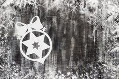 Snowflakes που αποκόπτουν του εγγράφου για το σκοτεινό υπόβαθρο με το διάστημα για το θέμα Χριστουγέννων κειμένων Στοκ εικόνες με δικαίωμα ελεύθερης χρήσης