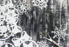 Snowflakes που αποκόπτουν του εγγράφου για το σκοτεινό υπόβαθρο με το διάστημα για το θέμα Χριστουγέννων κειμένων Στοκ Εικόνα