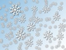 Snowflakes σε ένα μπλε υπόβαθρο κλίσης Η επίδραση του κομμένων εγγράφου και της σκιάς στοκ φωτογραφία