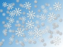 Snowflakes σε ένα μπλε υπόβαθρο κλίσης Η επίδραση του κομμένων εγγράφου και της σκιάς Απεικόνιση για το νέο έτος στοκ εικόνες