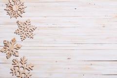 Snowflakes στο ξύλινο υπόβαθρο Στοκ Εικόνα