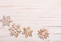 Snowflakes στο ξύλινο υπόβαθρο Στοκ εικόνα με δικαίωμα ελεύθερης χρήσης