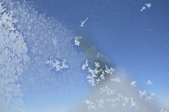 Snowflakes στο παράθυρο του αεροπλάνου Στο υπόβαθρο, μέσω του παραθύρου μπορείτε να δείτε το θολωμένο φτερό στοκ φωτογραφία