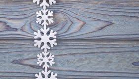 Snowflakes σύνορα στο ξύλινο υπόβαθρο grunge Στοκ φωτογραφία με δικαίωμα ελεύθερης χρήσης