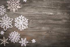 Snowflakes της Λευκής Βίβλου στο ξύλινο υπόβαθρο Στοκ Εικόνα