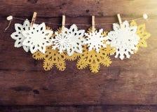 Snowflakes της χρυσής, ασημένιας και Λευκής Βίβλου με το clothespin στο σπάγγο στο αγροτικό ξύλινο υπόβαθρο Νέο έτος, έννοια Χρισ Στοκ εικόνες με δικαίωμα ελεύθερης χρήσης